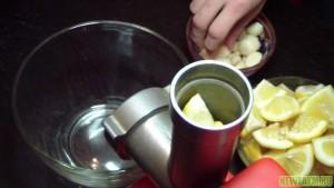 Перекрутить чеснок с лимоном